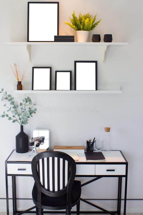svart träram och träd på hylla över väggbakgrund för vitt cement, mall arkivbilder