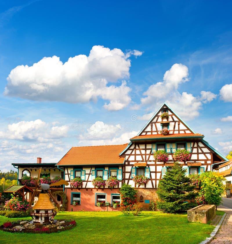 svart traditionellt skoggermany hus royaltyfria bilder