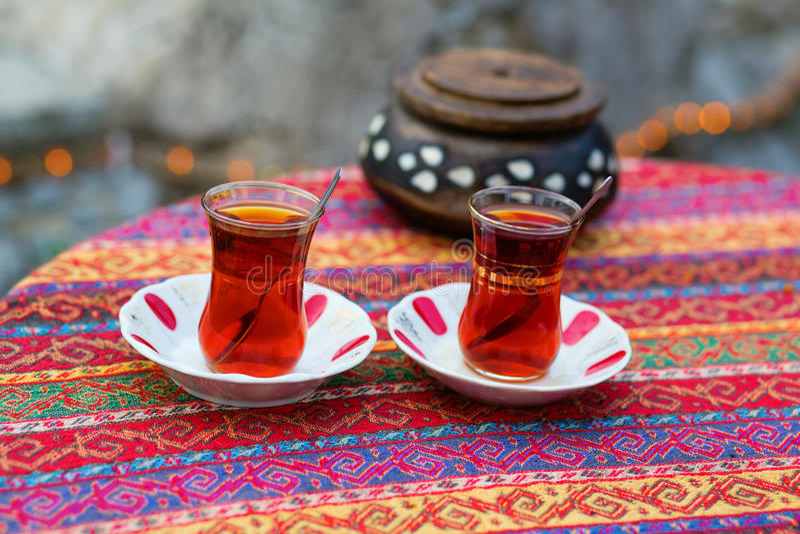 Turkisk tea i traditionella exponeringsglas arkivfoto
