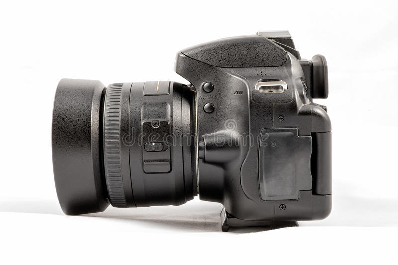 Svart unbranded DSLR-kamera som isoleras på vit bakgrund arkivfoton