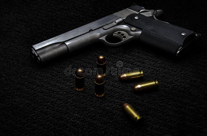 Svart vapen och ammunitionar royaltyfri foto