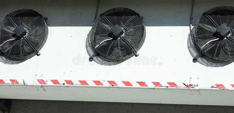 Svart ventilationssystem på en vit vägg royaltyfria foton