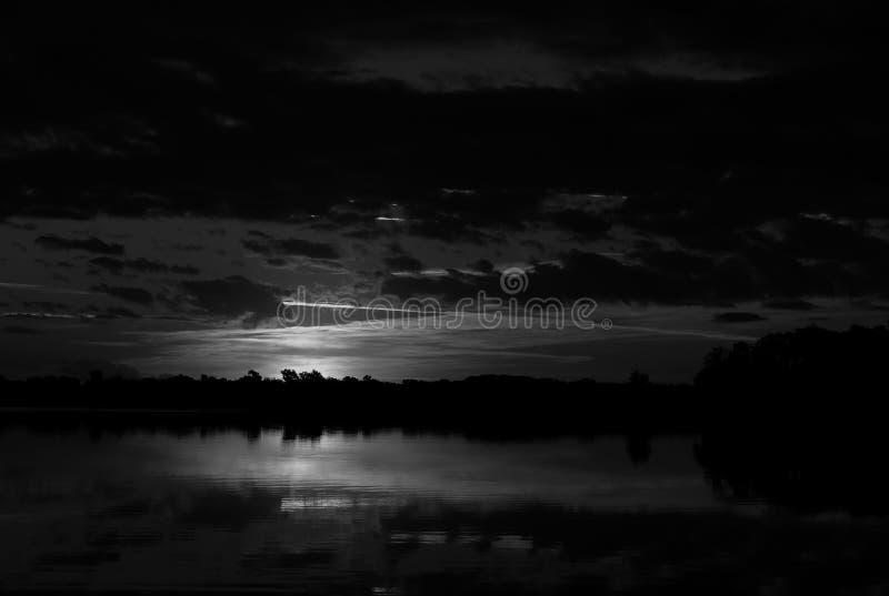 Svart & vit soluppgång arkivbild