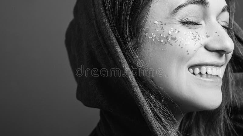 Svart vitt för lycklig ansiktsuttryckkvinnaungdom arkivfoton