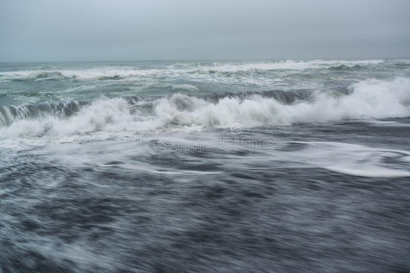Svart vulkanisk sand på den Khalaktyrsky stranden av det Stillahavs- på den Kamchatka halvön, nära Petropavlovsk-Kamchatsky, Ryss fotografering för bildbyråer