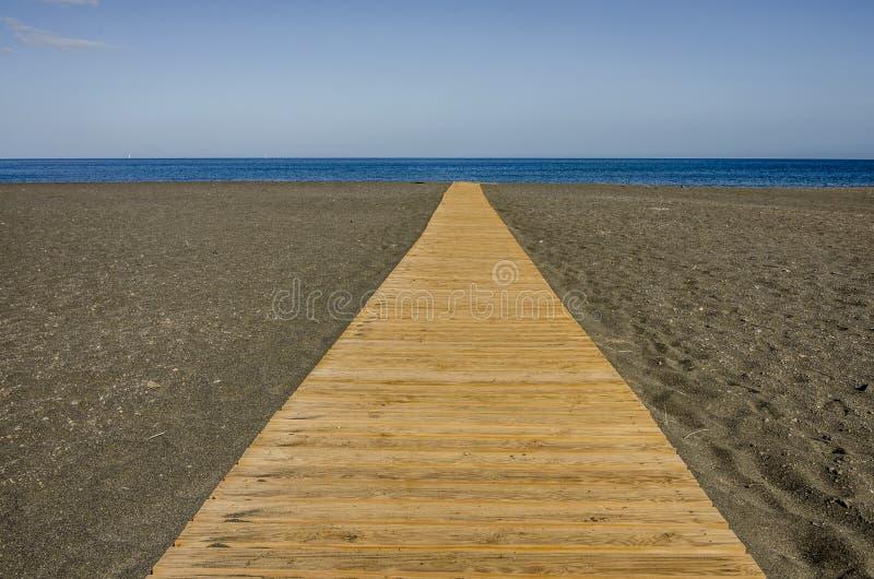 Svart vulkanisk strand med klar blå himmel royaltyfri fotografi