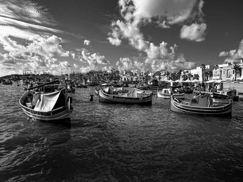 svart white Havet nära staden av Marsaxlokk Fartyg Luzzi malta arkivfoton