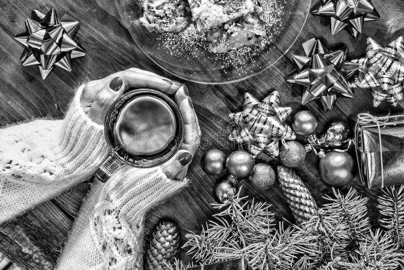 svart white Jul nytt år white för tree för prydnadar för jul för bakgrundsboll ljus En kopp te i händerna av en härlig kvinna arkivbild