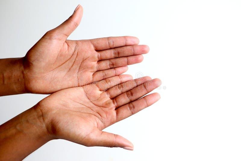 Svarta afrikanska händer som tigger som är öppna och kuper royaltyfria foton