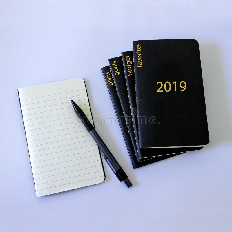 5 svarta anteckningsböcker, som ska vara antecknade plan, favoriter, mål, budget, prestationer i det kommande nya 2019 året royaltyfri foto