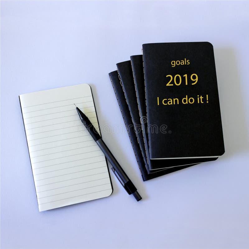 5 svarta anteckningsböcker, som ska vara antecknade plan, favoriter, mål, budget, prestationer i det kommande nya 2019 året royaltyfri bild