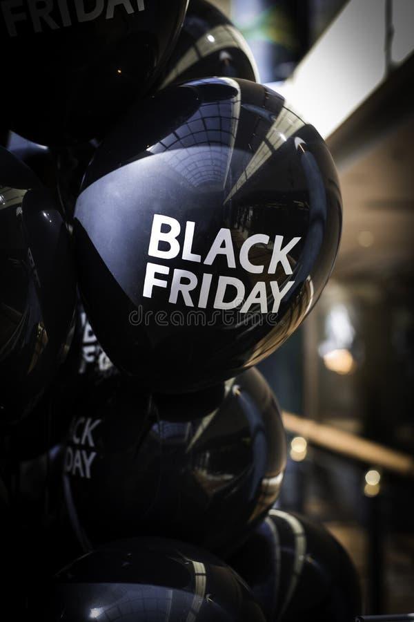 Svarta ballonger med den Black Friday logoen royaltyfri foto
