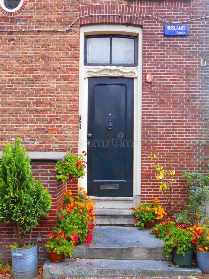 Svarta dörrar för gammal stil i Amsterdam royaltyfri bild