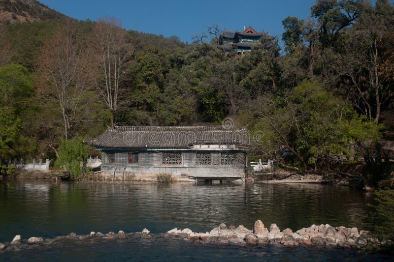 Svarta Dragon Pool i Lijiang, Yunnan i sydvästligt av Kina. arkivbild