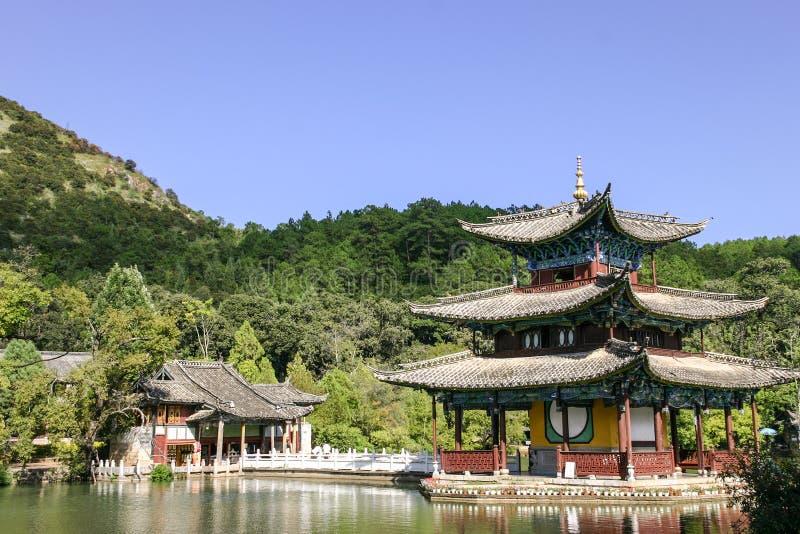 Svarta Dragon Pool i LIjiang, Yunnan, Kina royaltyfri fotografi