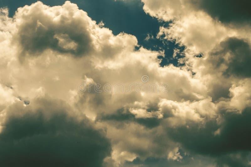 Svarta dystra stormmoln med exponeringar av solljus royaltyfri bild