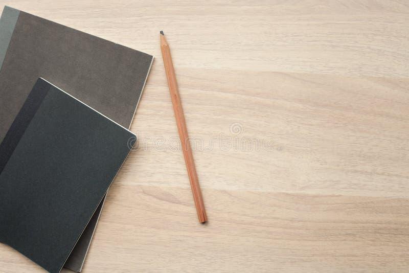 Svarta färgböcker på träskrivbordet arkivbild