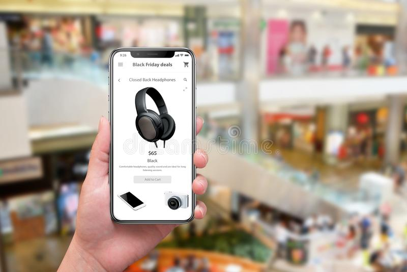 Svarta fredag med smartphonen Kvinnainnehavtelefon med webbplatsen eller shopping app och köp direktanslutet royaltyfri bild