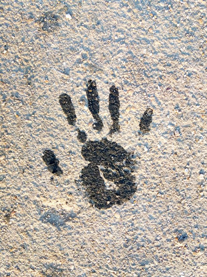 Svarta Handprint på jordningen arkivbild