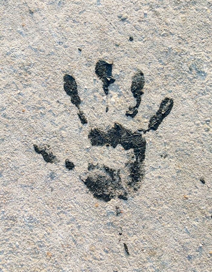 Svarta Handprint på jordningen royaltyfria foton