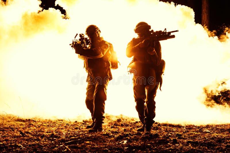 Svarta konturer av soldater royaltyfri fotografi
