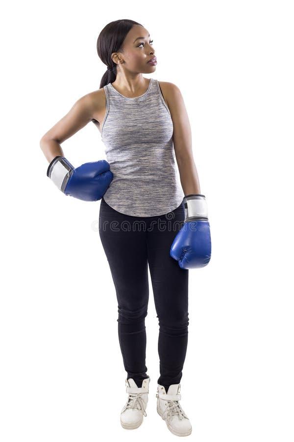 Svarta kvinnliga bärande boxninghandskar som annonserar arkivbild