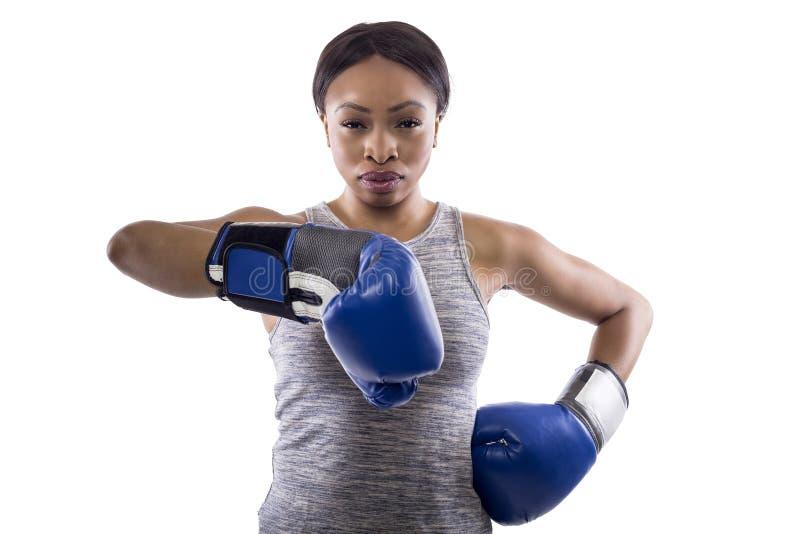 Svarta kvinnliga bärande boxninghandskar tummar ner arkivfoto