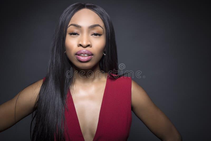 Svarta kvinnliga snobbiga ansiktsuttryck arkivfoto