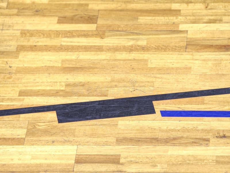 Svarta linjer i lekdomstol på trälaminogolv Slitet ut arkivfoto