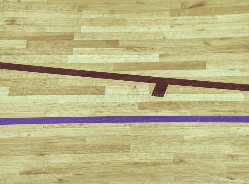 Svarta linjer i lekdomstol på trälaminogolv Slitet ut arkivfoton