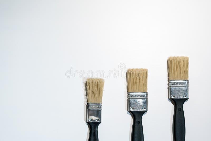 Svarta målarfärgborstar som isoleras på vit royaltyfria bilder