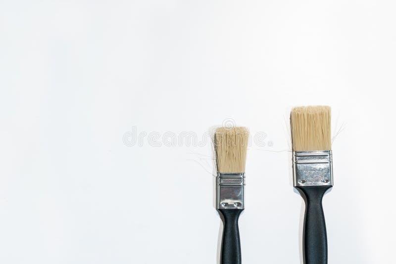 Svarta målarfärgborstar som isoleras på vit arkivbilder
