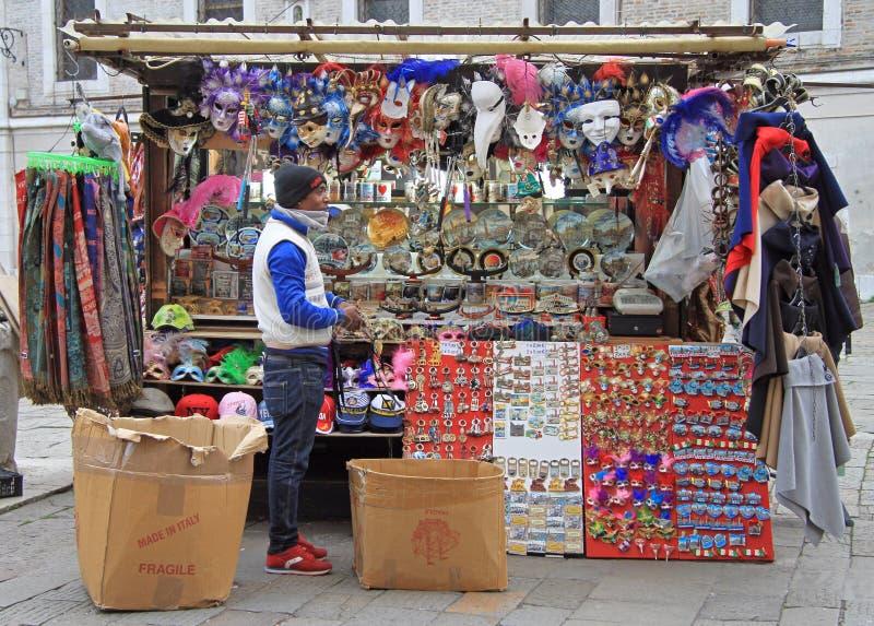Svarta mannen säljer souvenir och karnevalmaskeringar royaltyfria foton