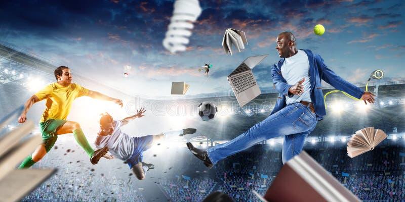 Svarta mannen spelar hans bästa fotbollsmatch Blandat massmedia arkivfoto