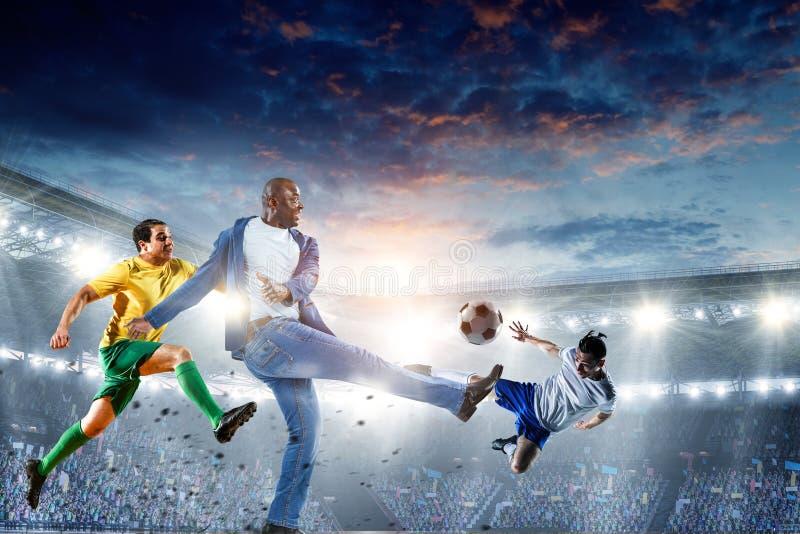Svarta mannen spelar hans b?sta fotbollsmatch Blandat massmedia royaltyfri bild