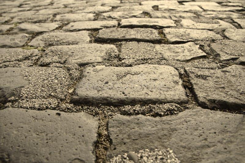 Svarta naturliga stenar på jordningen arkivfoton