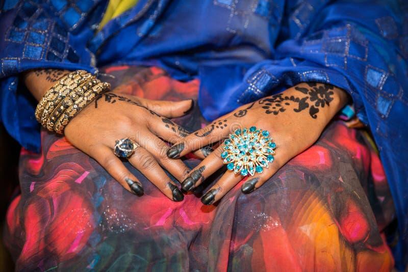Svarta och bruna Henna Hands Drawings på kvinnor för afrikanen Weddin arkivfoton