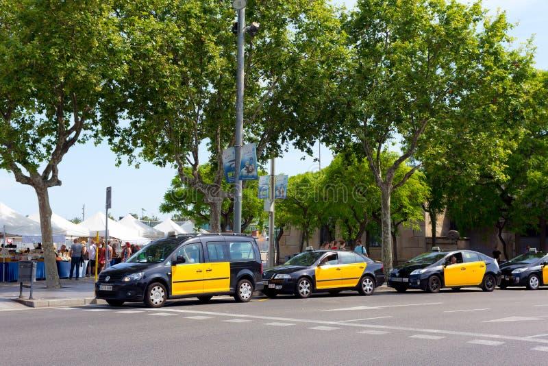 Svarta och gula taxiar i Barcelona royaltyfri fotografi