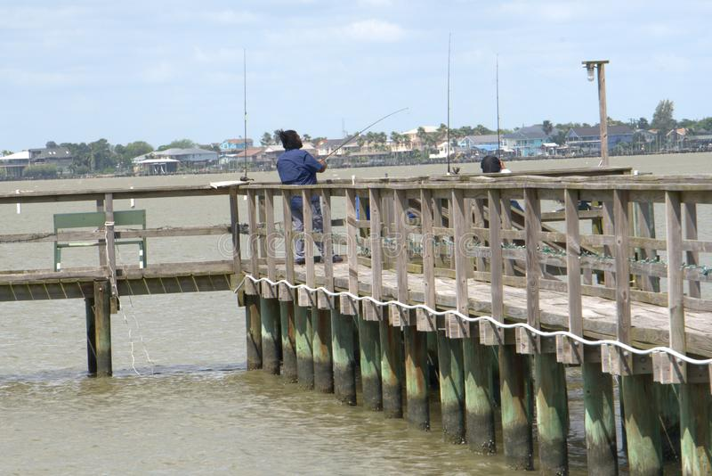 Svarta par Pier Fishing Gulf Coast i San Leon, TX arkivfoto