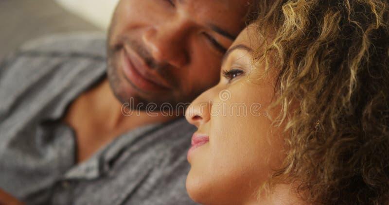 Svarta par som tillsammans vilar deras huvud fotografering för bildbyråer