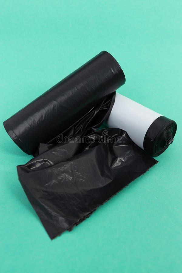 Svarta plast- rullar för påse för avskrädeskräpkull royaltyfri foto