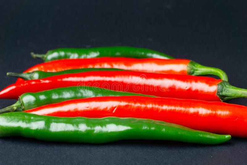 svarta röda chilipaprikor för bakgrund Hoad kryddig mat royaltyfri foto