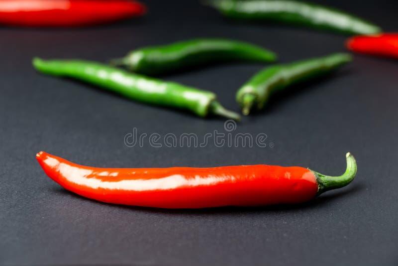 svarta röda chilipaprikor för bakgrund Hoad kryddig mat royaltyfria foton