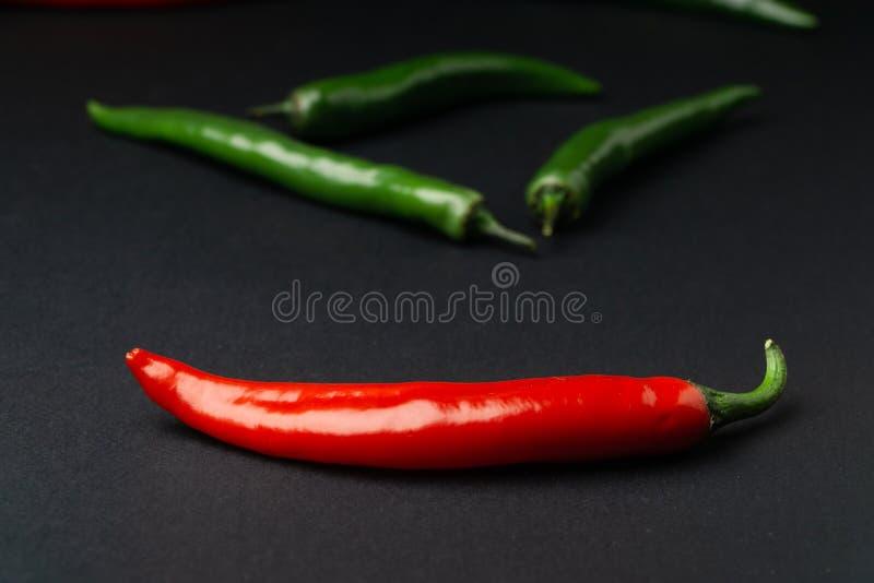 svarta röda chilipaprikor för bakgrund Hoad kryddig mat arkivbilder