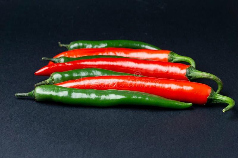 svarta röda chilipaprikor för bakgrund Hoad kryddig mat arkivbild