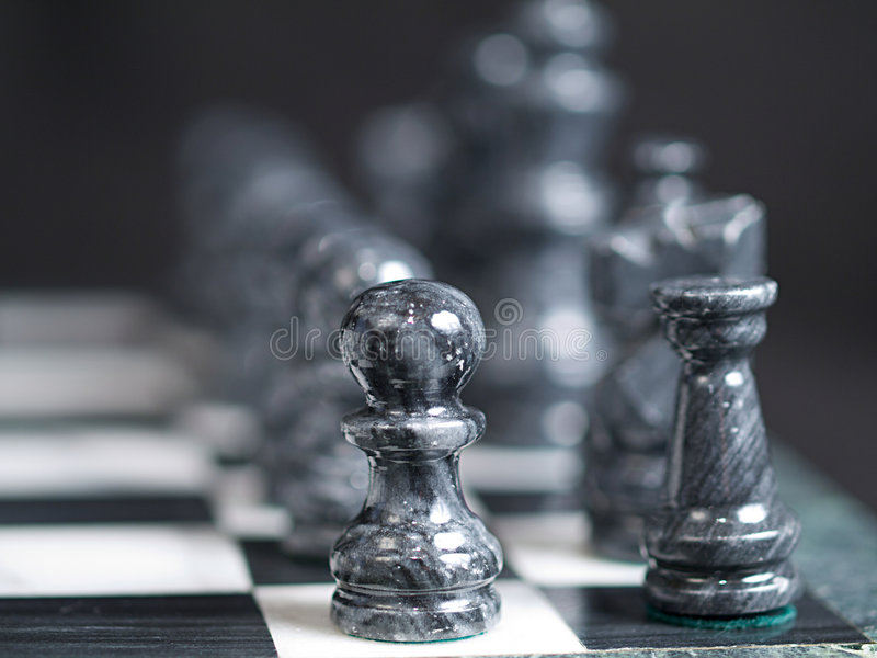 svarta schackstycken arkivbild
