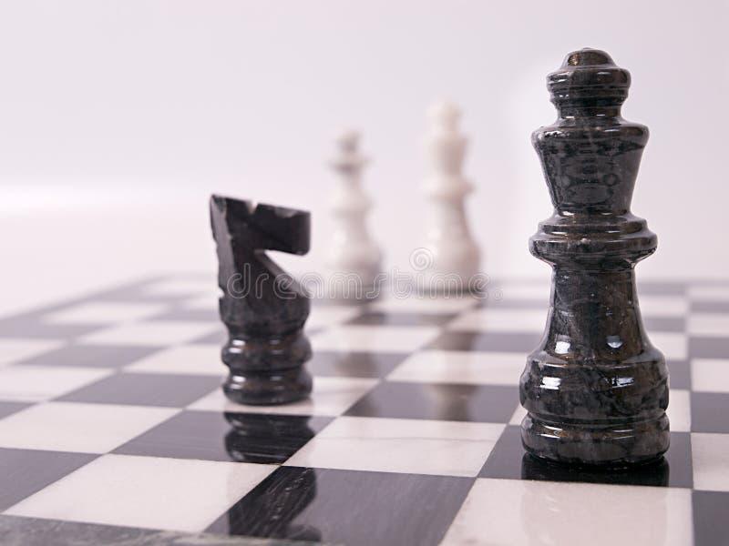 svarta schackstycken arkivfoto