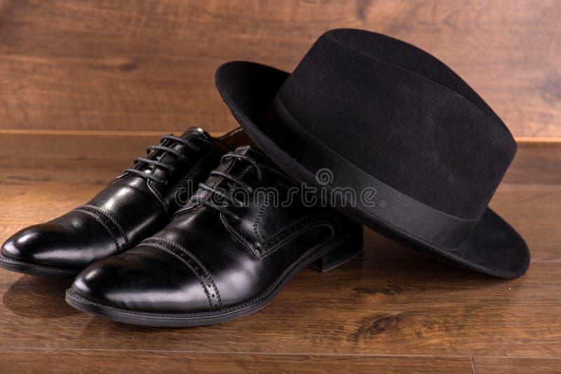 Svarta skor för patenterat läder på golv royaltyfria bilder