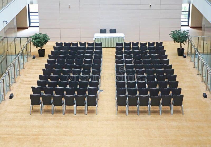 Svarta stolar i stort tomt rum royaltyfri fotografi