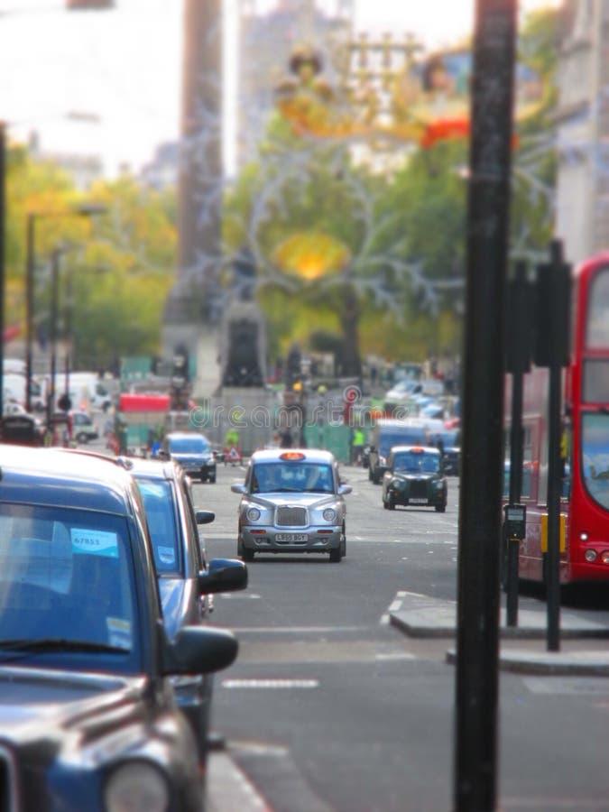 Svarta taxiar i london arkivfoto